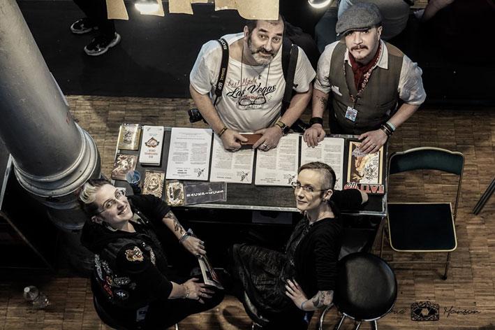 Au stand S.N.A.T. du Mondial du Tatouage 2019. Mymy, Lili, Marco Zilveti et Claude Bencimon. Photo Marie Manson © 2019 - Déclics & Pix'elle.